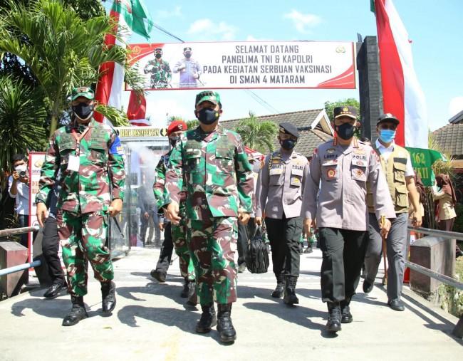 Tinjau Vaksinasi Masal, Panglima TNI dan Kapolri Apresiasi Antusiasme Masyarakat
