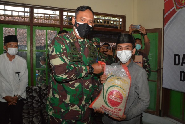 Sambut HUT TNI Ke-76, Korem 162/WB Berikan Bantuan Sembako dan Keramik Untuk Panti Asuhan