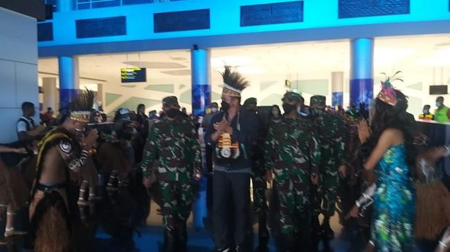 Disambut Tarian dan Pemakaian Topi Adat, Pangdam IX/Udayana Tiba di Timika Papua