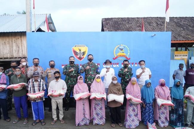 Sambut HUT TNI ke 76, Danrem 162/WB Berbagi Kebahagian di Panti Asuhan