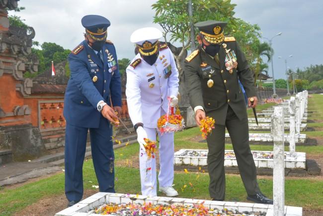 Peringati HUT TNI ke-76, Kodam IX/Udayana Laksanakan Ziarah Nasional di TMP Pancaka Tirta