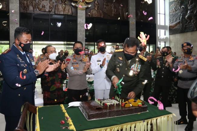 Surprize Kapolda Bali pada Acara Puncak HUT TNI ke 76 di Kodam IX/Udayana
