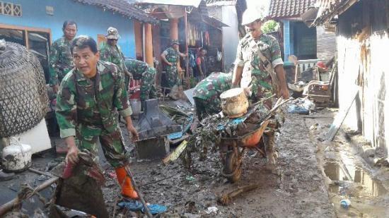 TNI bantu Warga Korban Banjir Di Sumbawa